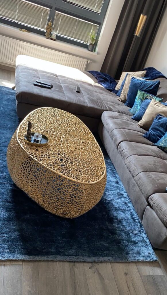 zlaty stol na modrom koberci