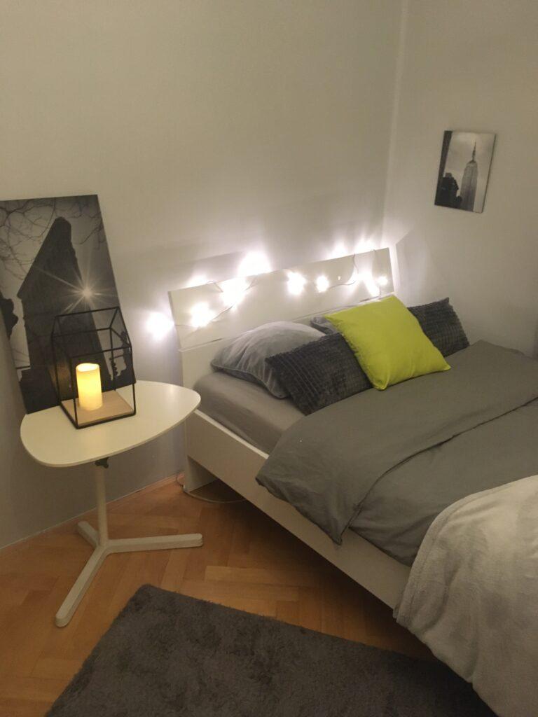 bielo siva izba v minimalistickom style s basvietenim