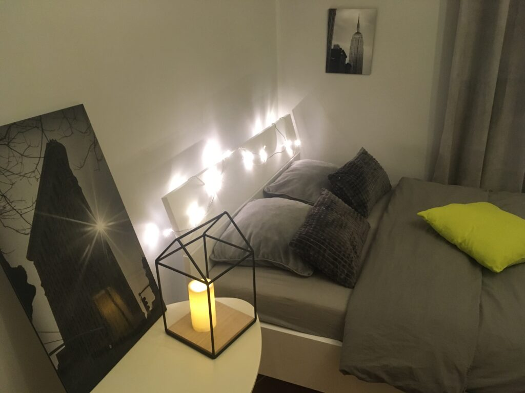 bielo siva spalna v skandinavskom mininimalistickom style