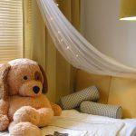 detska izba s plysovym medvedom a baldachynom