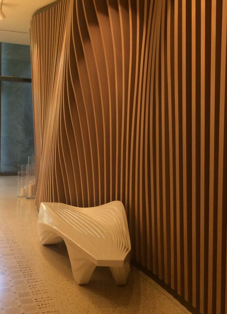 Zaha Hadid dekorativna stena s lavicou