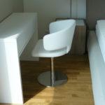 biela stolicka s bielym stolom