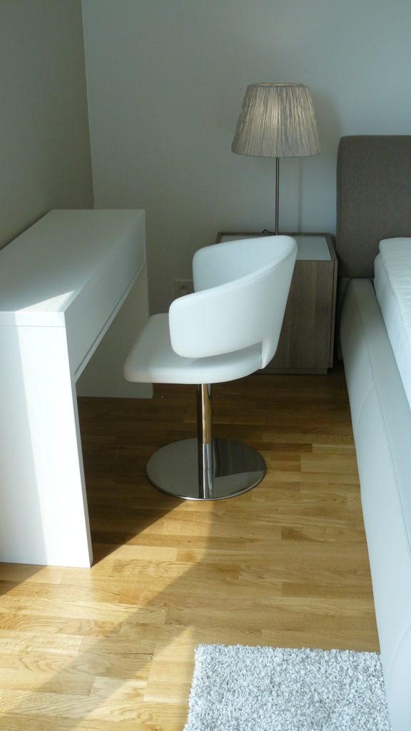 Izba biela stolicka s bielym stolom
