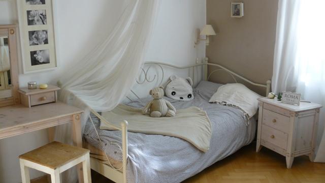 biela kovova postel detska izba